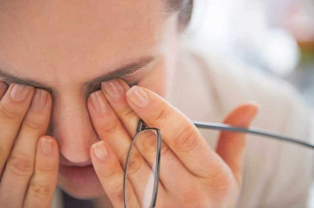 How to sleep with a scratched eye: 3 best pain-free ways