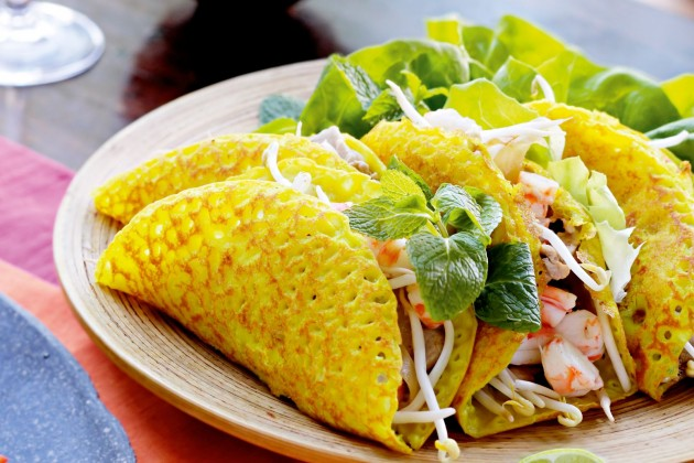 How to eat Banh Xeo – Enjoy the most Vietnamese sizzling crepe with only 5 steps