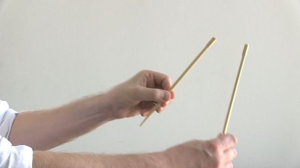 How to hold chopsticks to eat noodles?