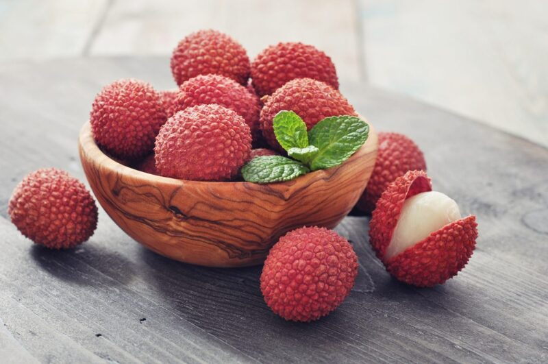 how to eat lychees