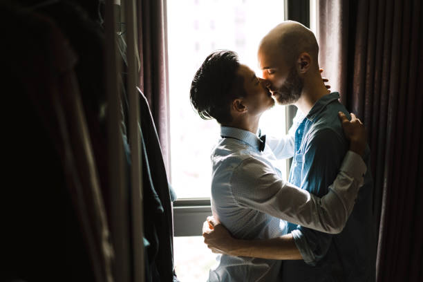 how to tell if a guy is in the closet