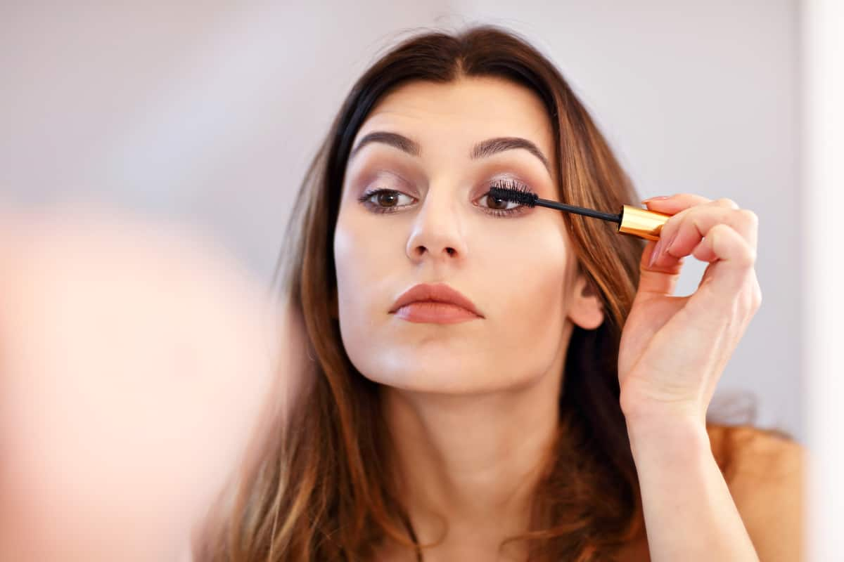 how to keep your eyelashes curled